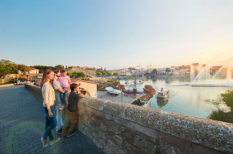 Familia observando las atracciones de PortAventura.