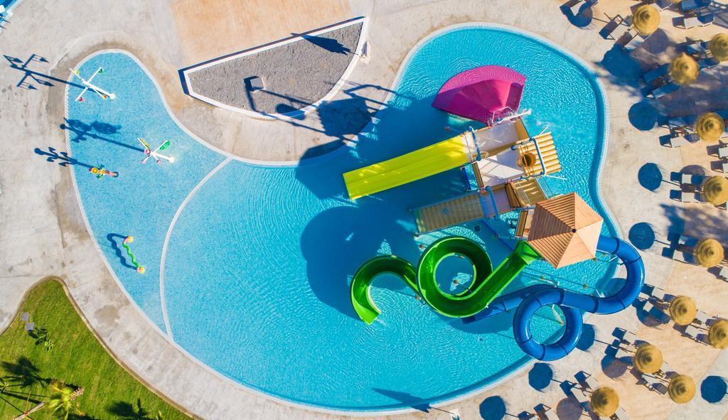 Vista aérea de una piscina con toboganes