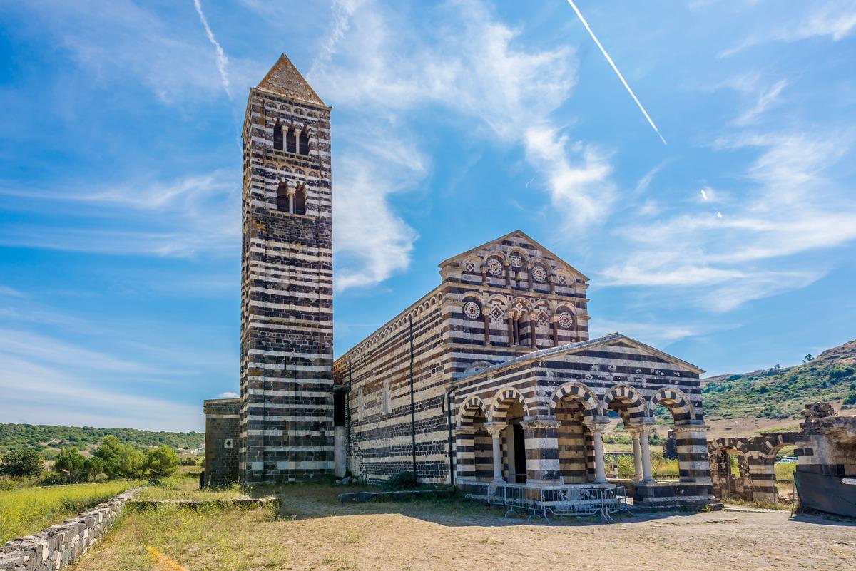 Iglesia de Saccargia en Codrongia. Característica por ser de rayas blancas y negras