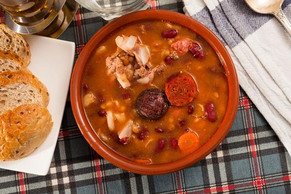 Imágen de una presentación de una tradicional fabada Asturiana