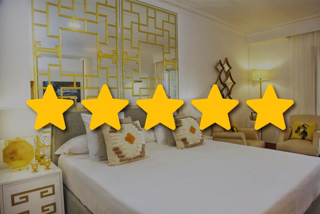 Habitación de hotel de lujo con 5 estrellas encima de la imágen