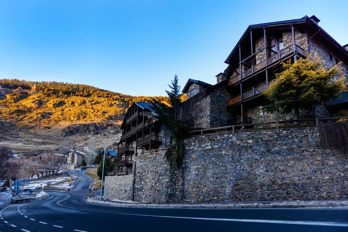 El Tarter en los pirineos. Carretera con una casa de madera en la parte derecha