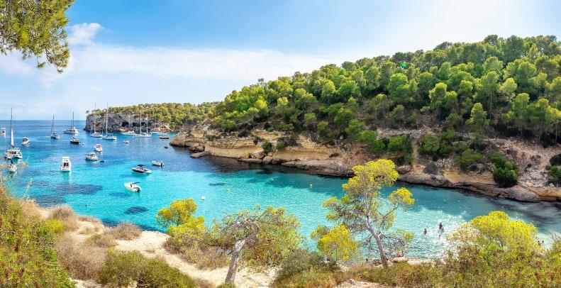 Cala en la Costa de Mallorca en verano.