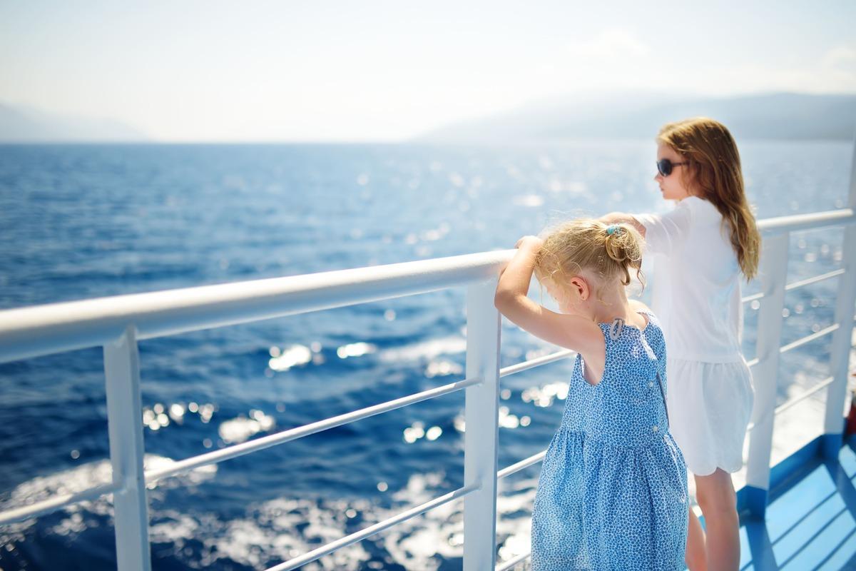 Dos niñas en la azotea de un barco observando el mar