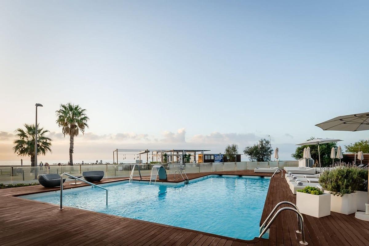 Piscina del hotel Alegria Mar Mediterranea con el mar de fondo