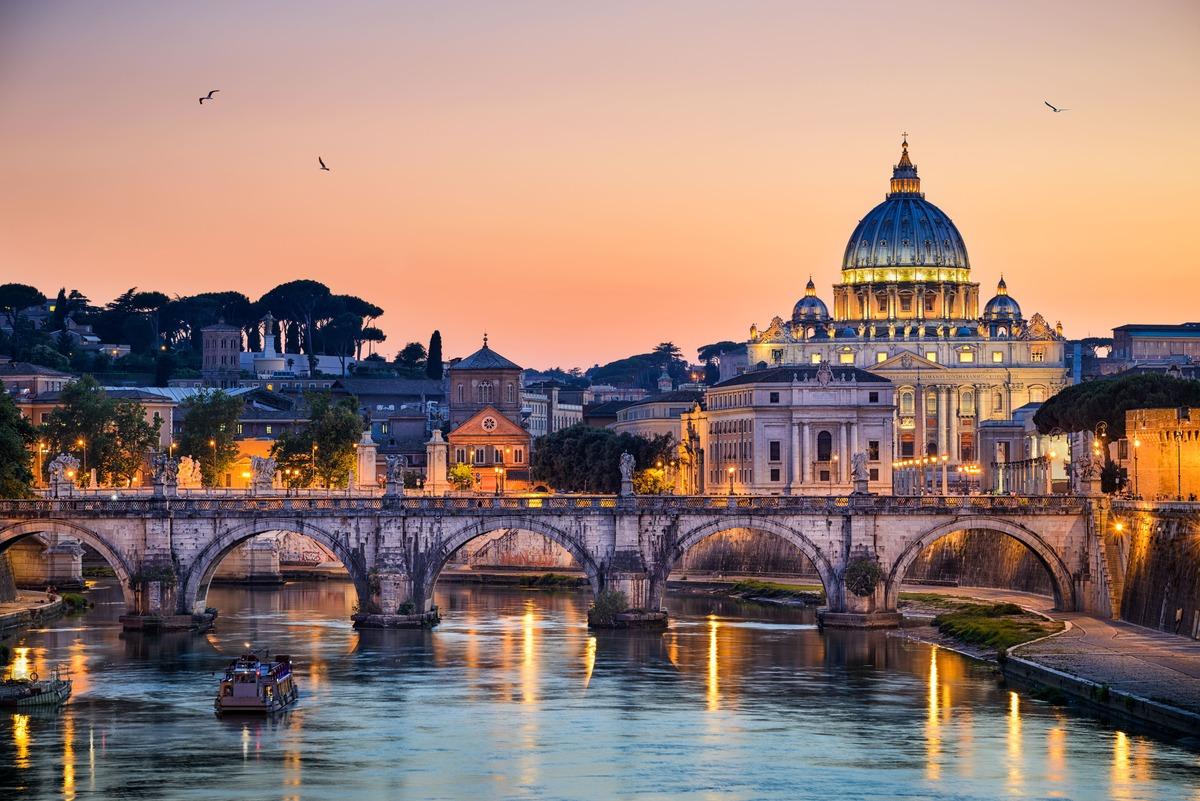 Basílica de San Pedro en Roma. Puesta de sol con la basílica de fondo