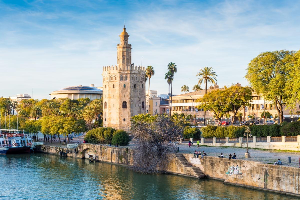 Vista panorámica del la Torre del Oro en Sevilla con el río en frente
