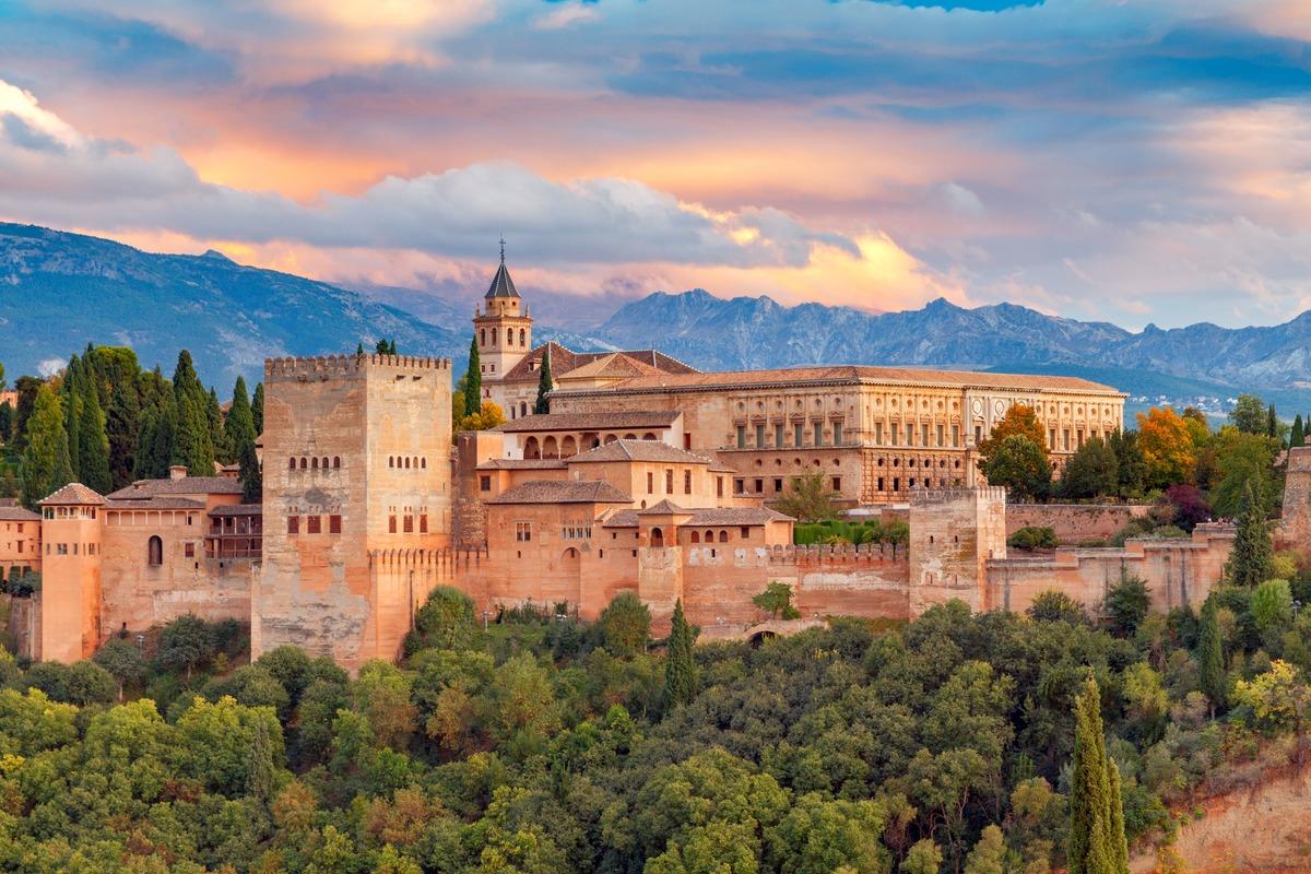 Vista panorámica de la Alhambra de Granada, rodeada por árboles