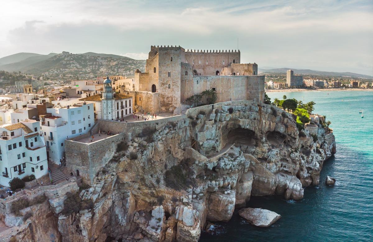 Pista aérea del castillo Papa Luna en Peñíscola. A la derecha se puede observar el mar