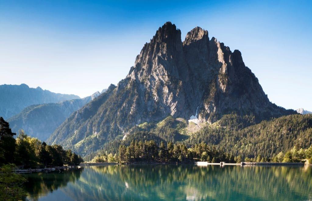Parc Nacional d'Aigüestortes. Se muestra un gran lago un una montaña en el fondo de la imágen.