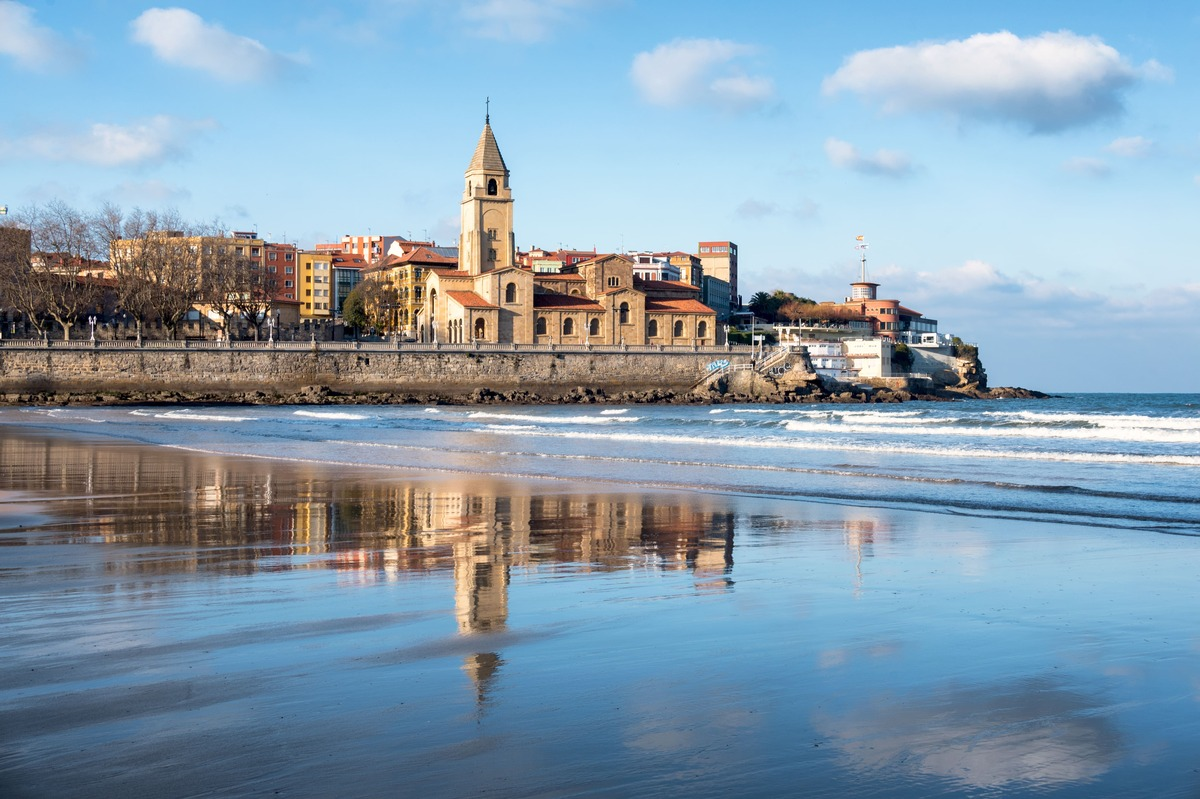 Vista panorámica de la playa de Gijón en Asturias