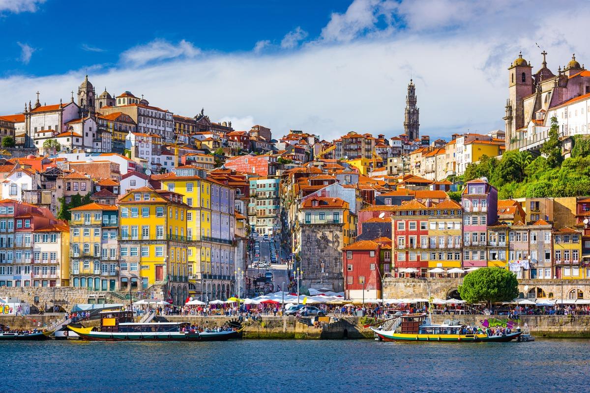 Vista panorámica de las casas que hay en frente del río de Oporto Portugal
