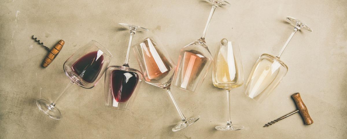 Seis copas de vino tumbadas sobre la mesa. Cada una de ellas con un tipo de vino diferente