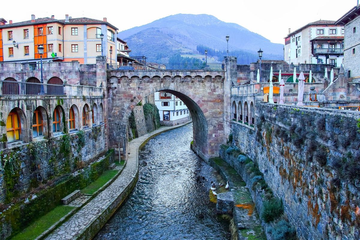 Vista panorámica Cantabria con su famoso puente y río