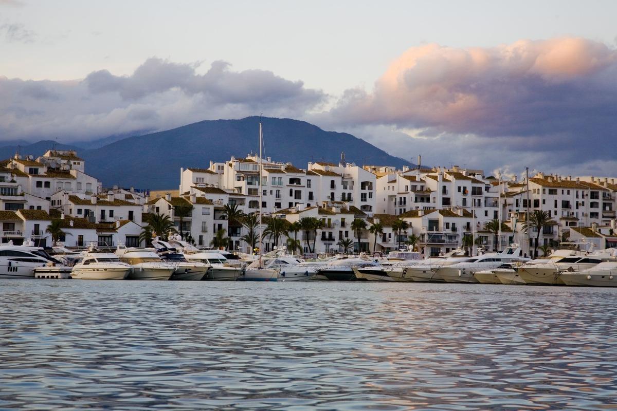 Puerto con muchos barcos. Se trata del Puerto de Banús en Marbella
