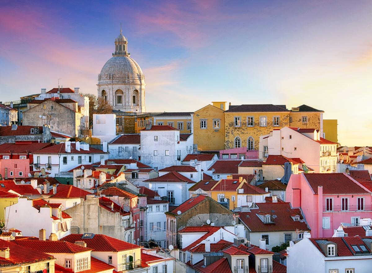 Atardecer en el barrio de Alfama en Lisboa
