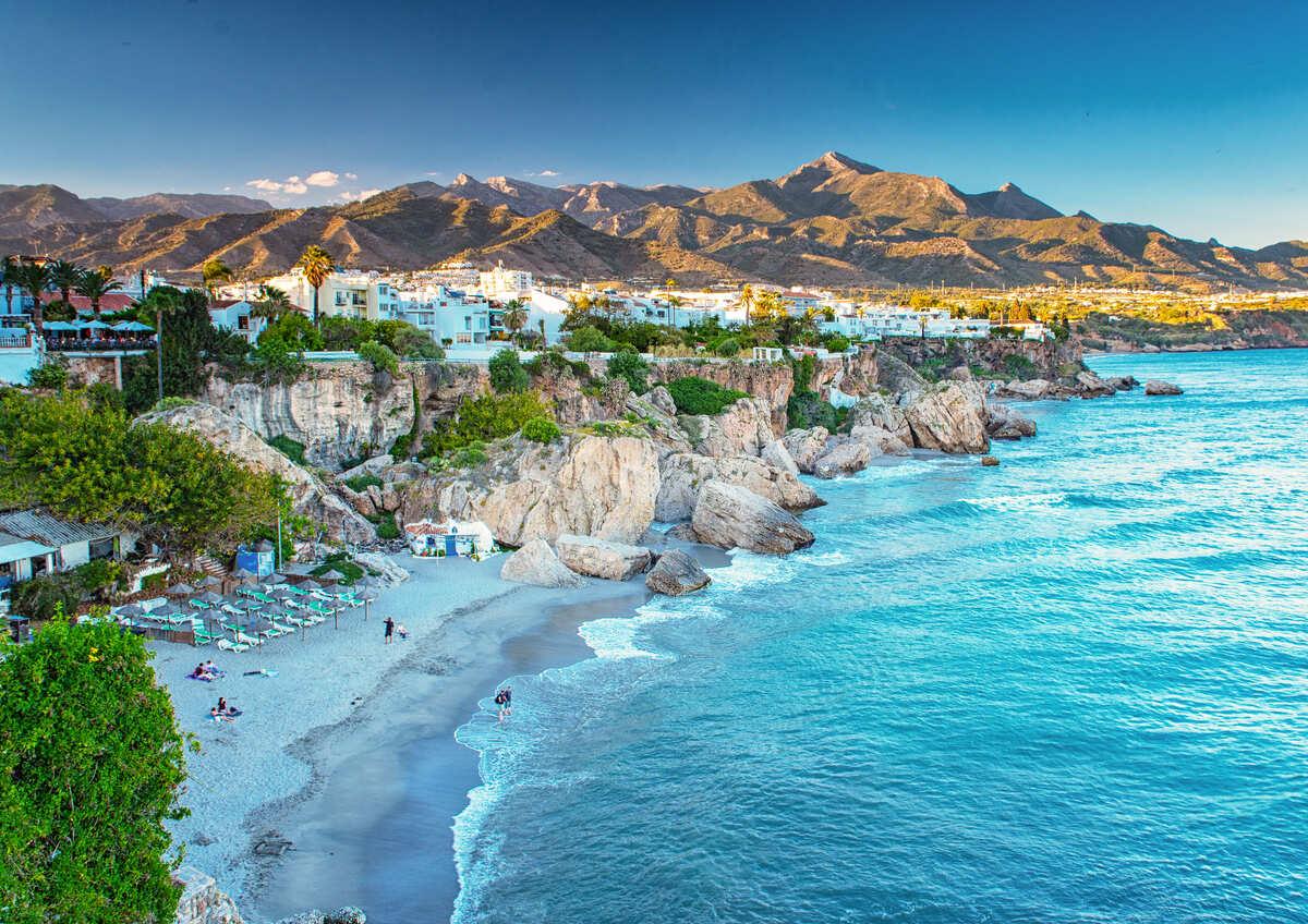 Vista panóramica de la playa de Nerja en Málaga