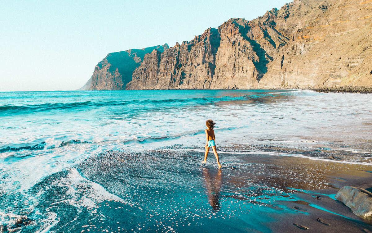 Niño entrando en el mar