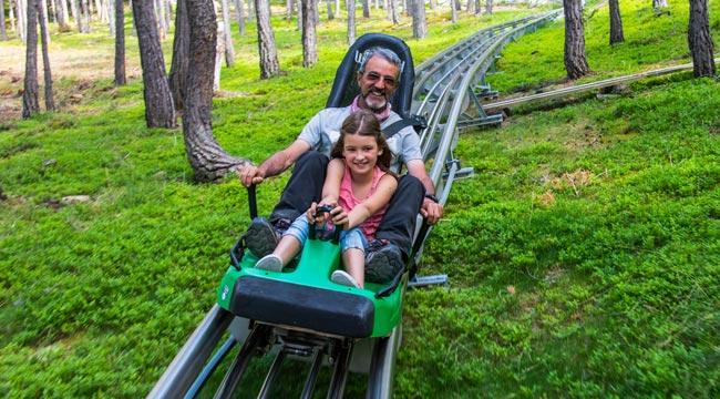 Padre e hija montados en el Tobotronc