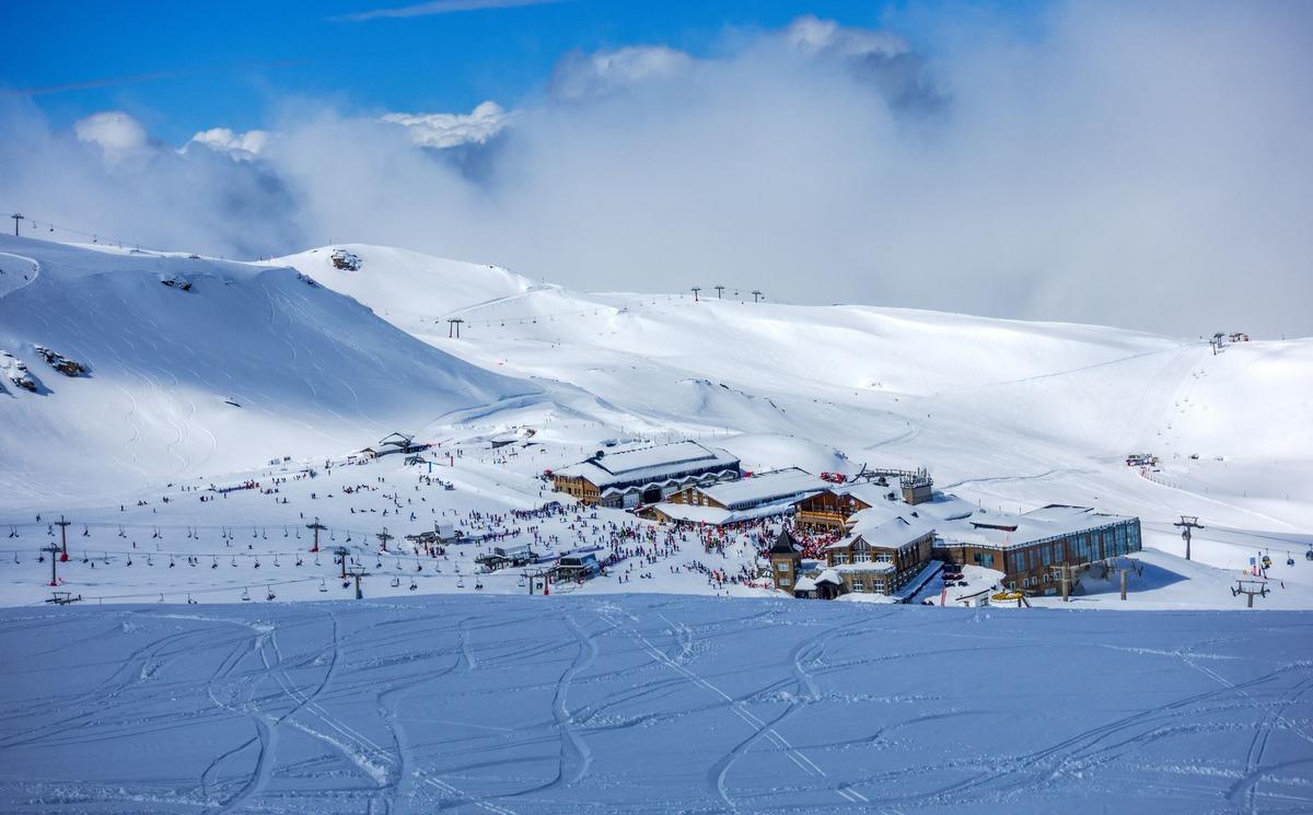 Vista panorámica de Sierra Nevada. Pista de esquí nevada.