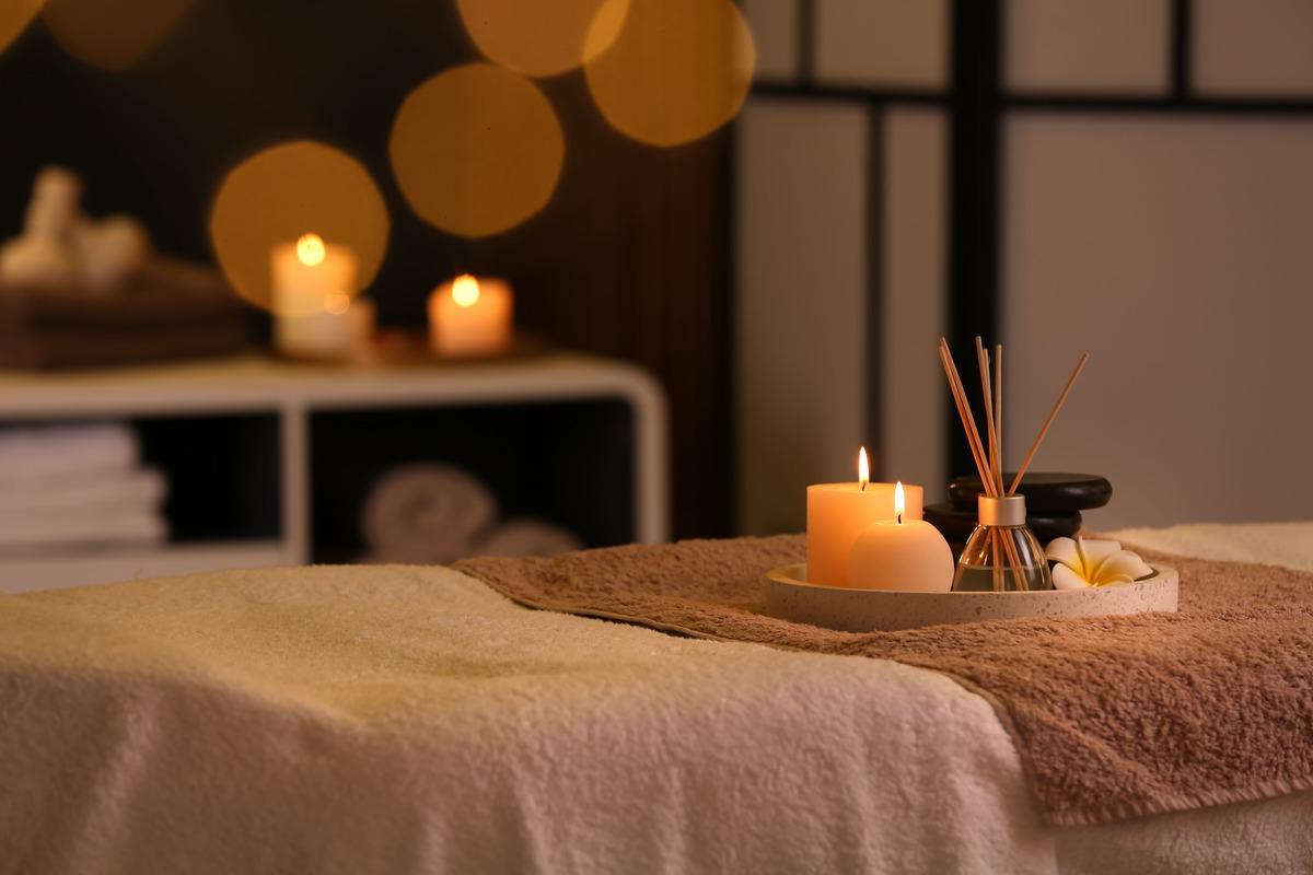 Velas encendidas y esencias en una mesa en el spa
