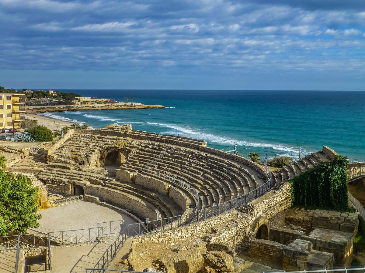 Anfiteatro romano de Tarragona con el mar de fondo