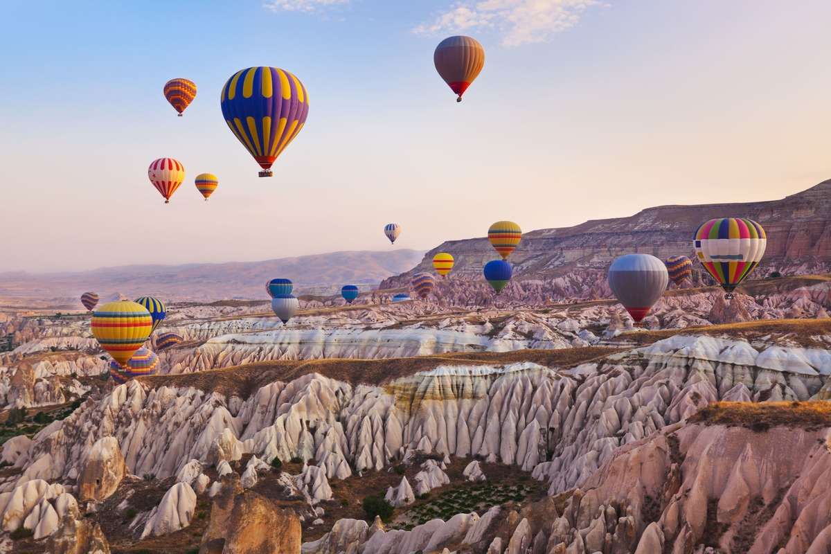 Vista panorámica de Capadocia - Turquía con globos terráqueos en el cielo