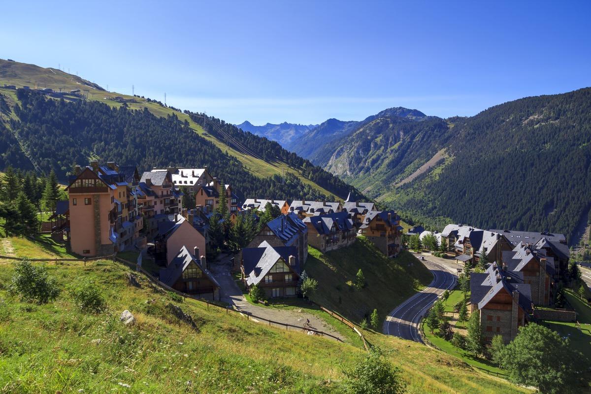 Vista panorámica de Baqueira un pueblo de la Vall d'Aran