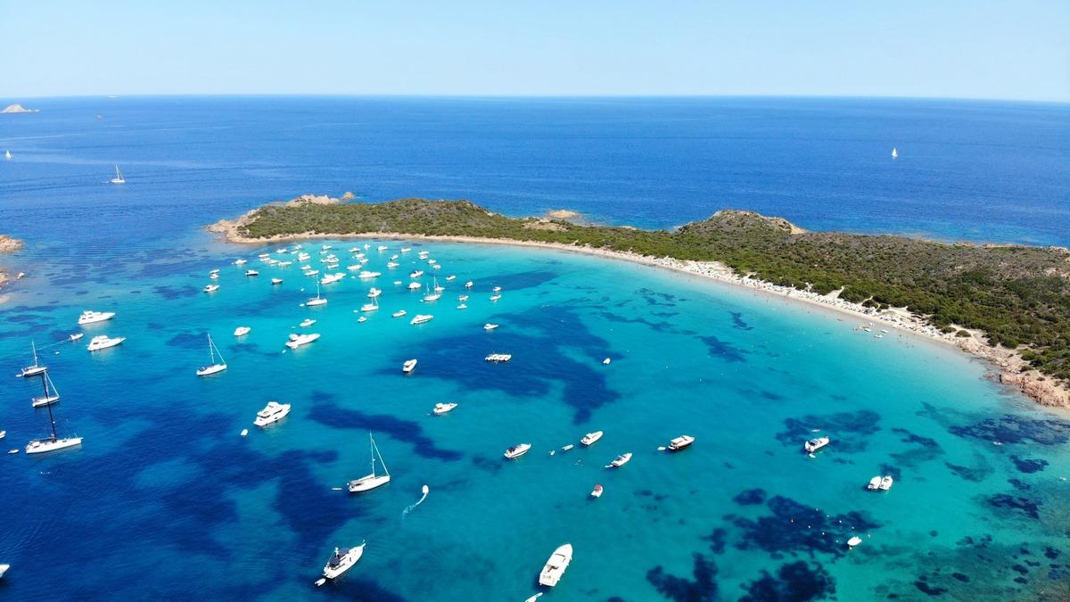 playa Capo Coda Cavallode de agua cristalina